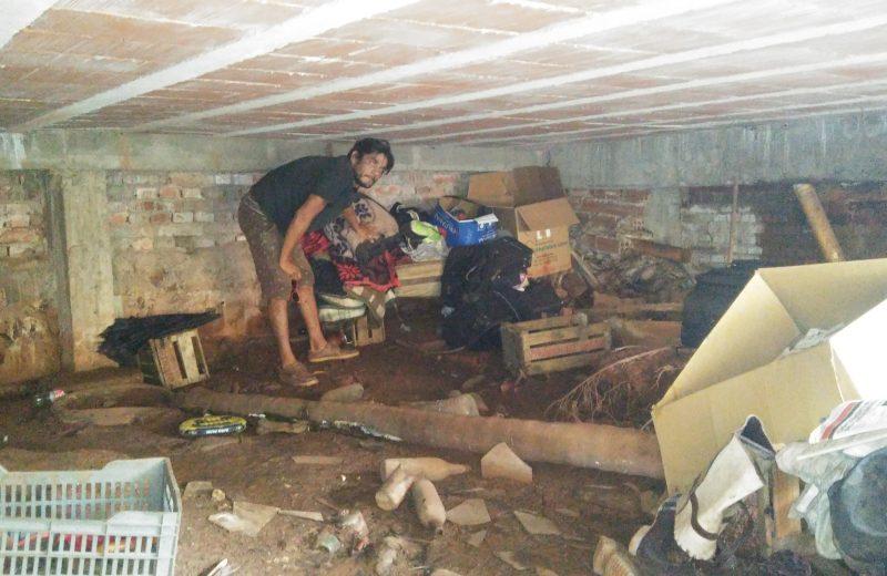 Tenía casa, tenía trabajo, pero ahora vive en el subsuelo de un terreno baldío