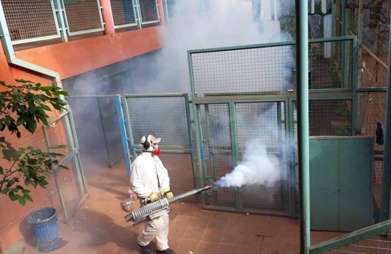 Fumigan las escuelas para la vuelta a clases