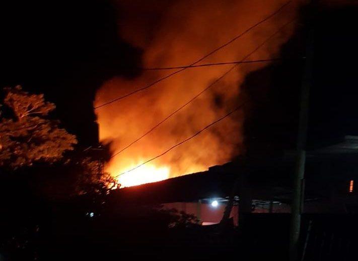 Una madre con sus 3 niños se quedaron con lo puesto tras un incendio