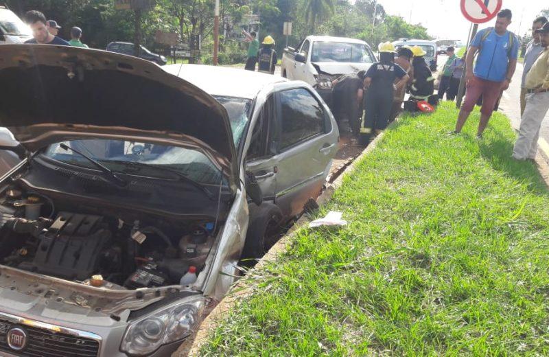 Bomberos rescataron a un hombre atrapado en su vehículo tras accidente de transito