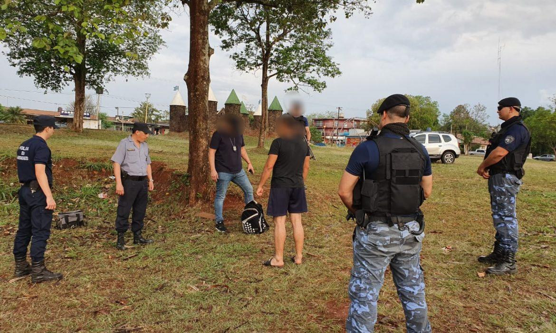Los vecinos denunciaron y la policía secuestró marihuana en la plaza de los niños