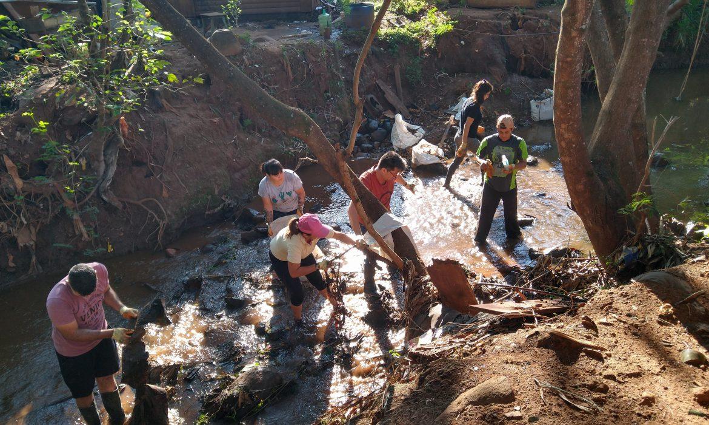Electrodomésticos, partes de motos y residuos en general retiraron del arroyo Tacuara