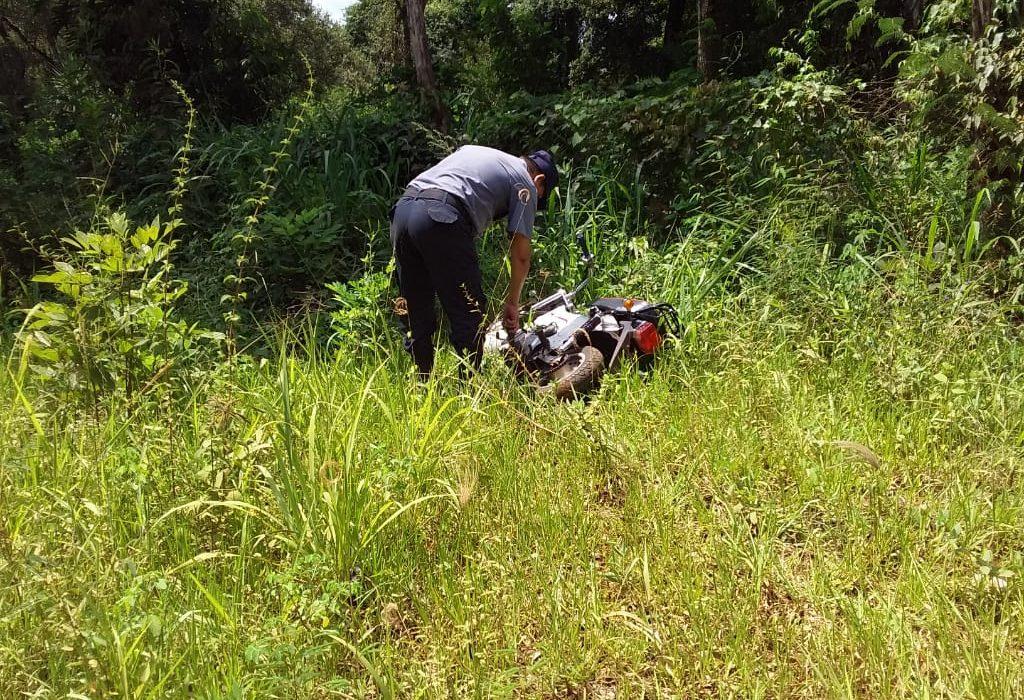 Hallaron una motocicleta abandonada en las malezas