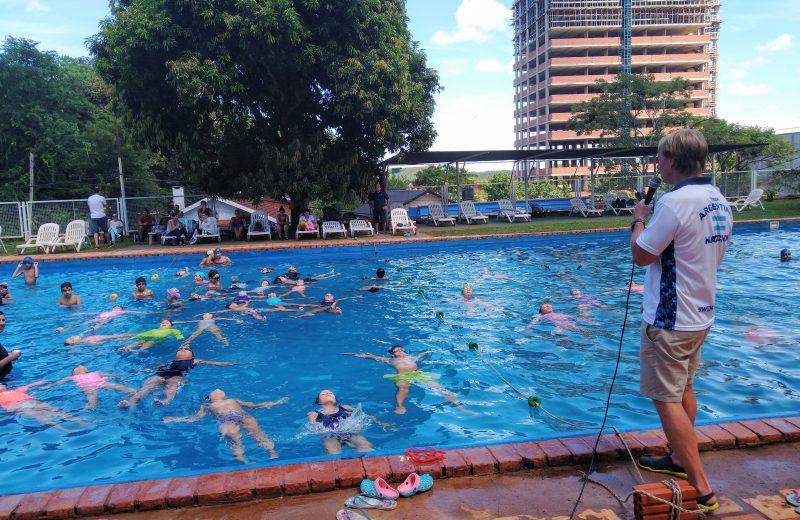 Más de 200 niños participaron de una clínica de Natación en Iguazú