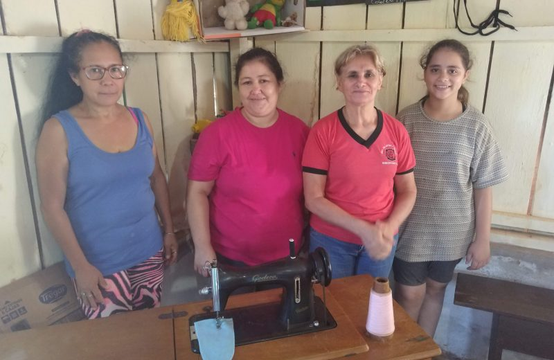Costureras venden sus productos para cocinar a los niños del barrio