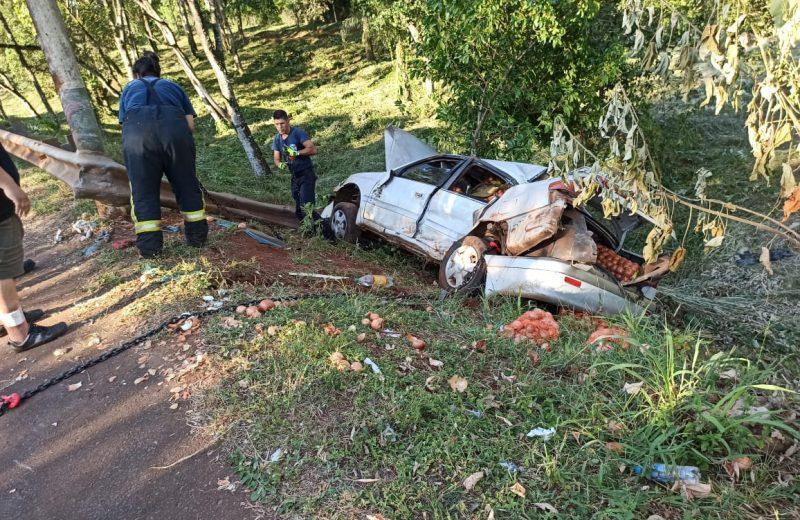 Perdió el control del auto y colisionó con un poste