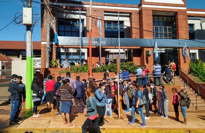 Discusiones y largas filas en Banco Nación de Iguazú