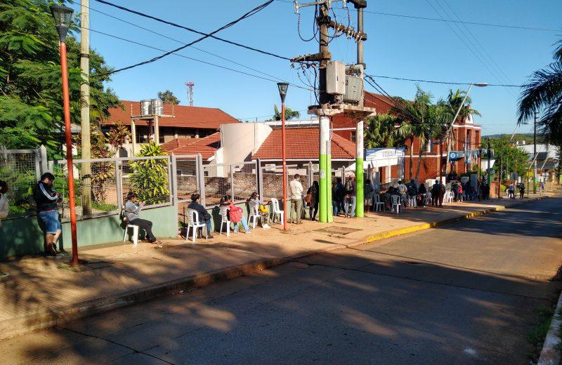 Largas filas en los cajeros automáticos en Iguazú
