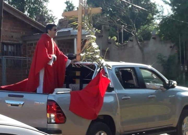 Sacerdotes recorrieron los barrios para bendecir los ramos
