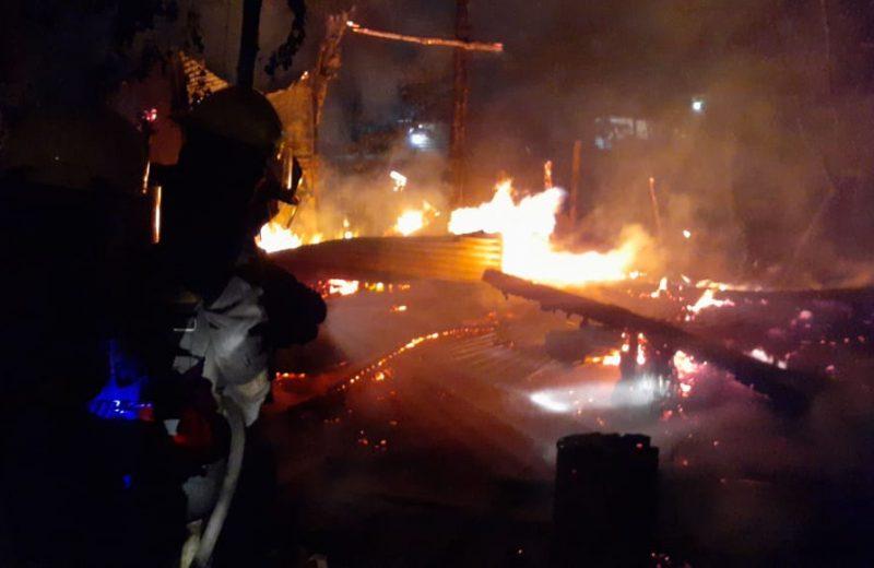 Una vela provocó el incendio de una vivienda precaria
