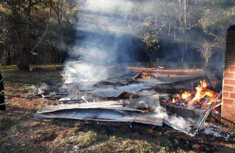 Una vivienda de madera fue consumida por las llamas en barrio Las Orquideas.