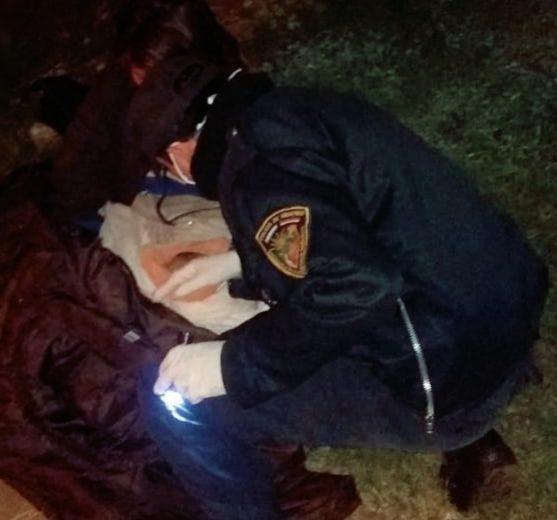 Policías ayudaron a una joven a dar a luz en la vía pública