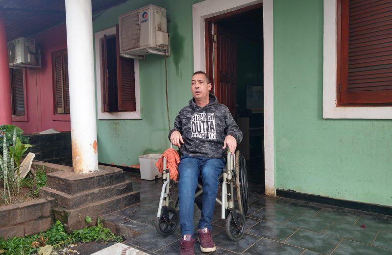 Esta en silla de ruedas tras un accidente de tránsito y necesita ayuda