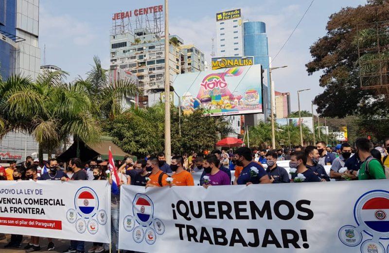 """Bajo el lema """"Queremos trabajar"""" exigen la apertura del puente de la amistad"""