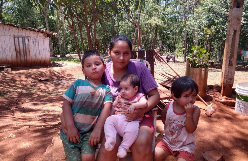 En extrema pobreza trata de criar a sus hijos