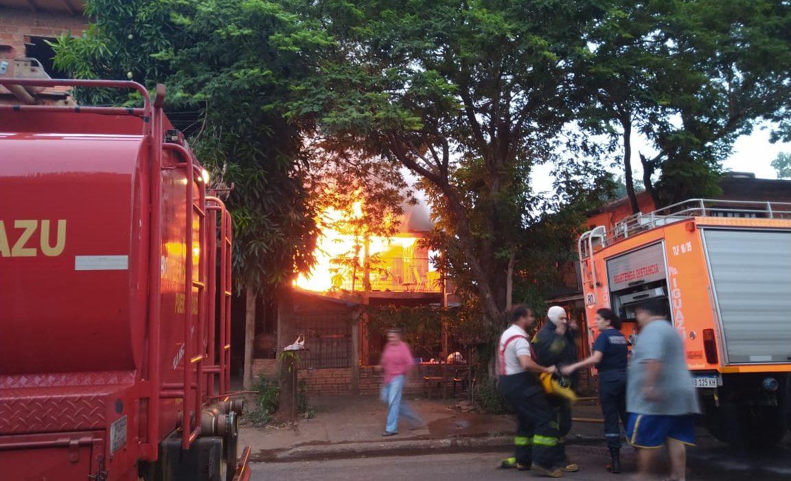 Una familia se quedó con lo puesto tras incendiarse su vivienda