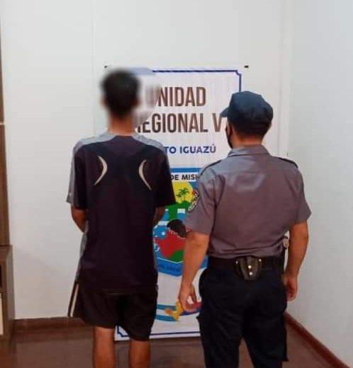 Manotearon un celular del mostrador de un comercio, se dieron a la fuga y fueron detenidos