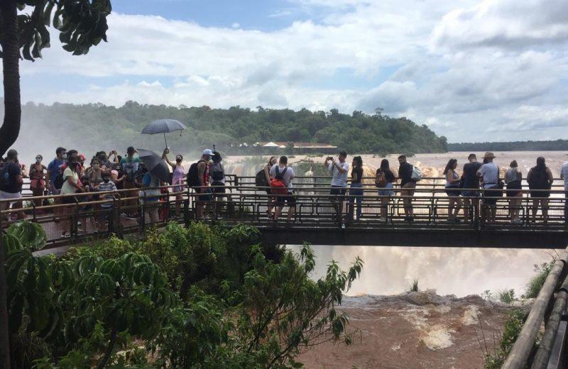 Más de 1.500 turistas ingresaron a cataratas y aumenta el movimiento en la ciudad