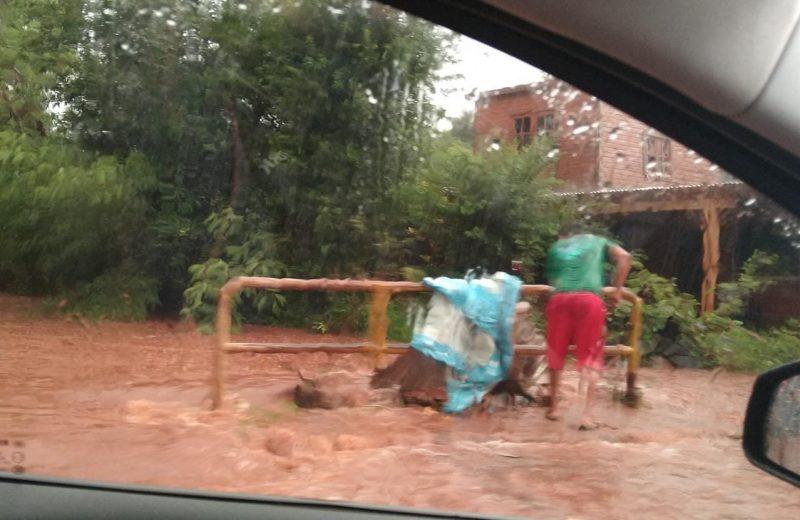 Abundante caída de agua dejó arroyos desbordados y viviendas anegadas