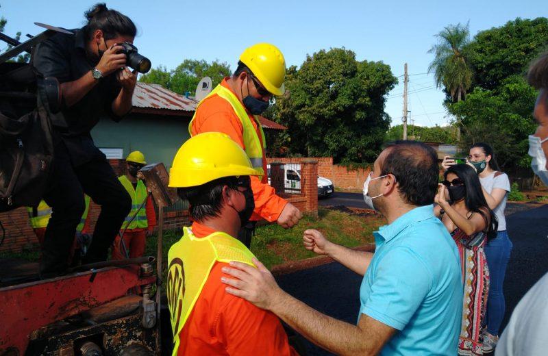 El gobernador supervisó obras viales y entregó una motoniveladora