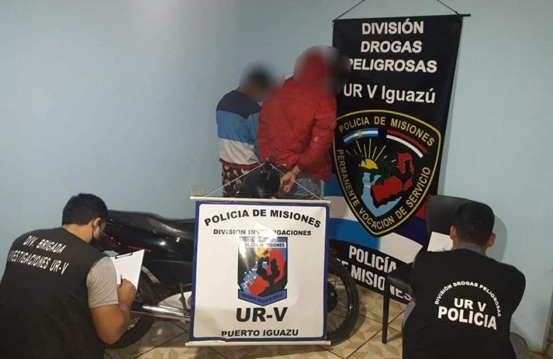 Circulaban en una motocicleta sin documentación y  tenían dosis de cocaína