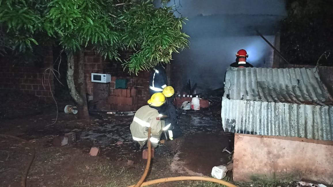 Bomberos sofocaron las llamas en un depósito de una vivienda.