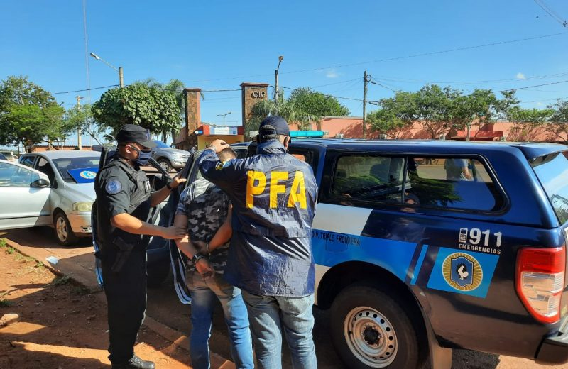 La Federal detuvo a un hombre con pedido de captura y otro con una credencial falsa de PFA