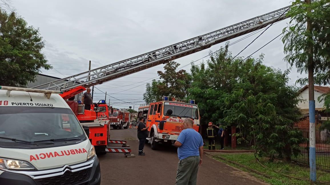 Bomberos de Iguazú ocupados entre apagar incendios y distribuir agua potable
