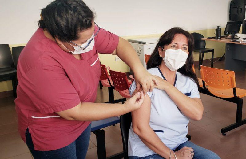 Hoy comenzó la campaña de vacunación antigripal inmunizando al personal de salud