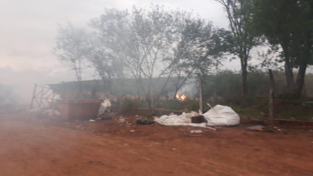 Vecinos denuncian que no pueden respirar por la quema de residuos en el basural