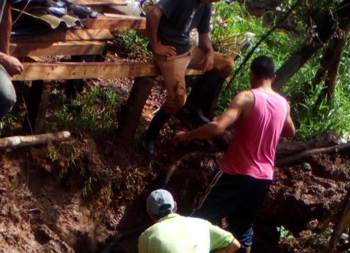 Reparan el caño de distribución de agua potable en las Guayabas