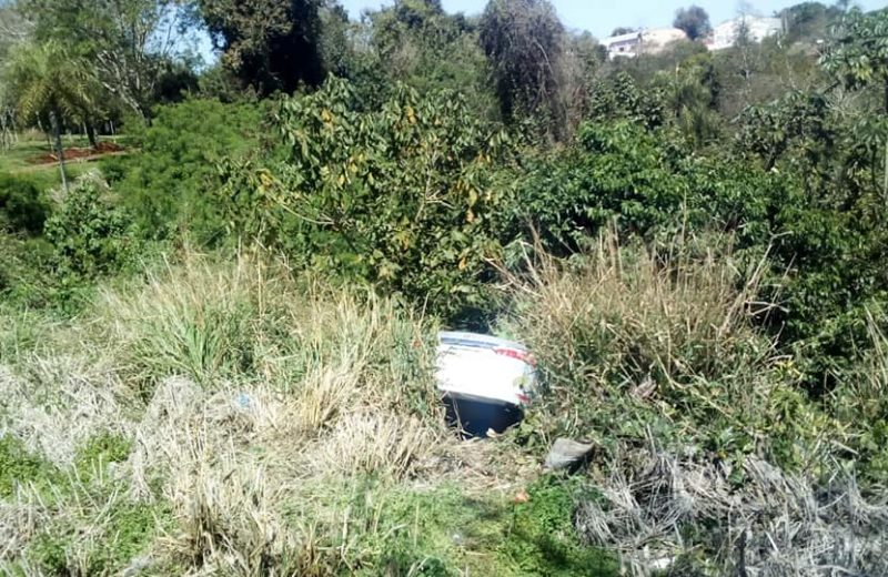 Un vehículo cayó en un barranco