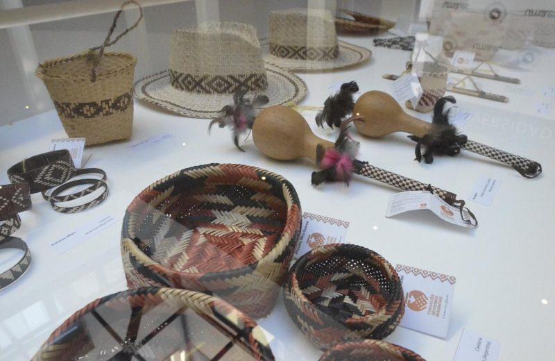 Exponen artesanías mbya guaraní en España