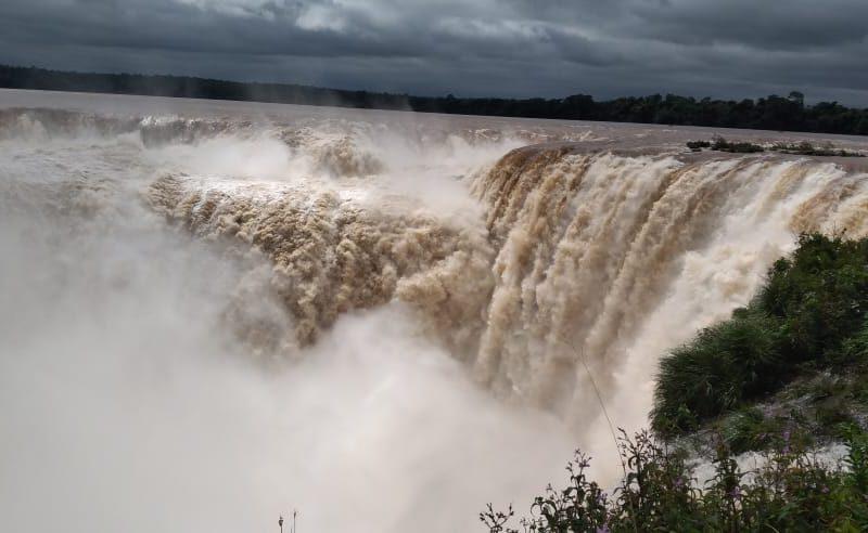 Crecida del rio Iguazú ofrece un espectáculo único en Cataratas