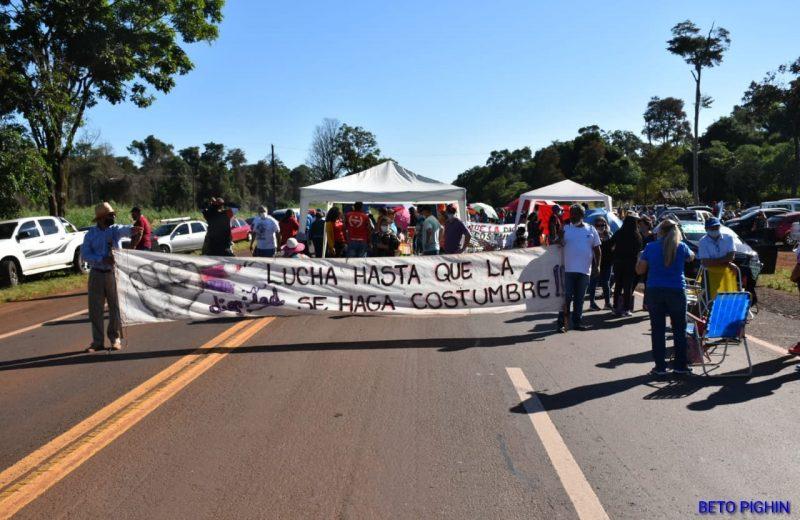 Docentes cortan la ruta N°12  a la altura del Santuario del Gauchito Gil