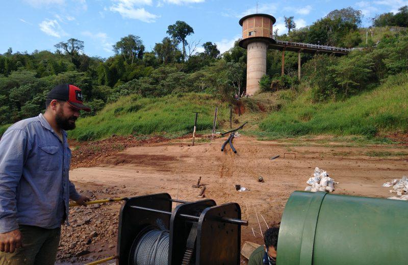 Llegaron los caños y trabajan para modificar el sistema de captación de agua del rio Iguazú