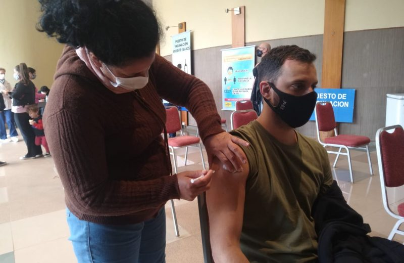 Este sábado habrá vacunación en el centro de eventos y operativo extramuro en los barrios de Iguazú