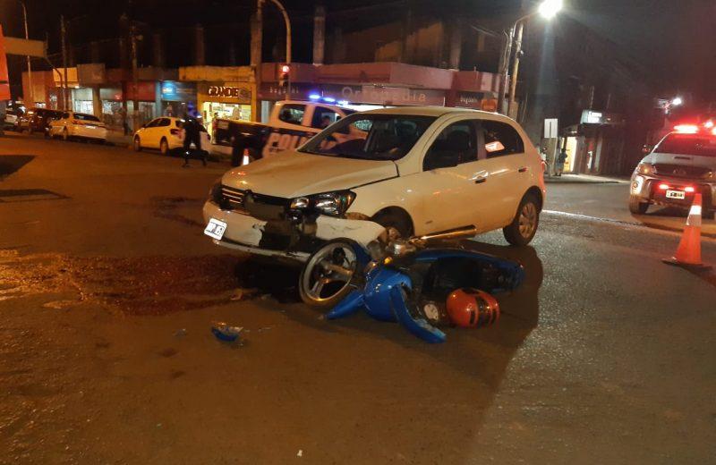 Un joven menor de edad al mando de una motocicleta colisiono con un automóvil