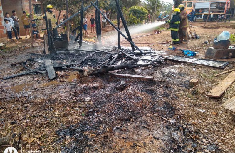 Incendio de una casa precaria dejó a una familia con dos niños con lo puesto