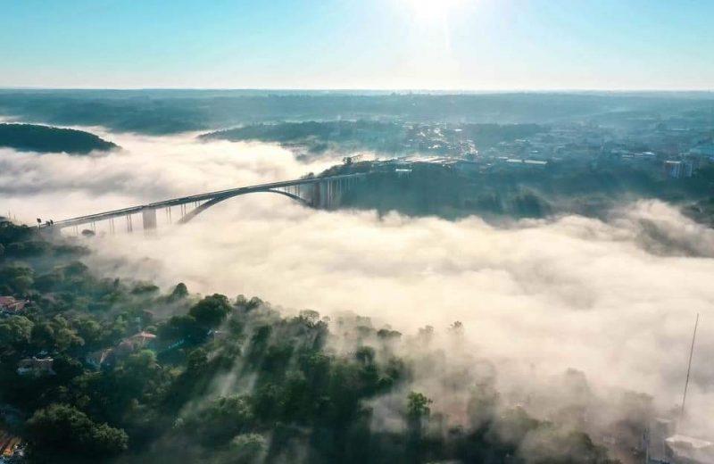 Impactante imagen de la bruma sobre el puente de la Amistad