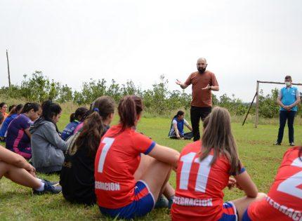 Equipos femeninos de las colonias de Andresito recibieron una clínica de fútbol