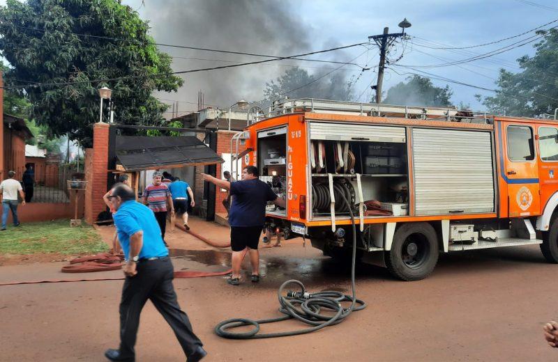 Incendio consumió una vivienda y un local comercial en Iguazú