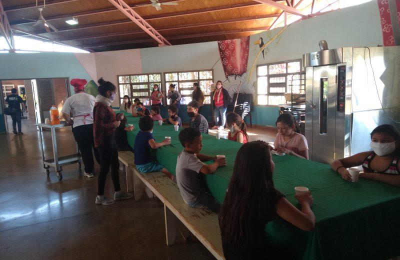 La mayoría de los niños que asisten al hogar de día de Iguazú busca comida