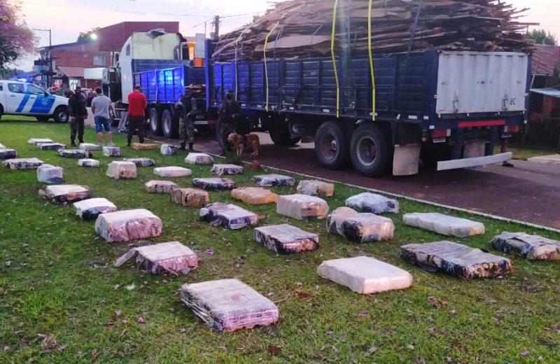 Con el apoyo de Otto, Prefectura decomisó más de 2.300 kilos de marihuana ocultos entre maderas.