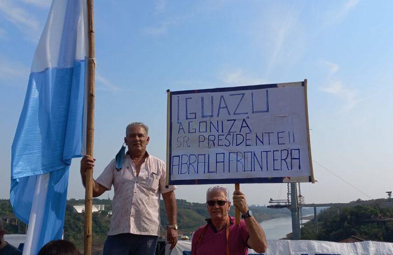 Vecinos se manifestaron en el Hito Tres Fronteras por la apertura del puente