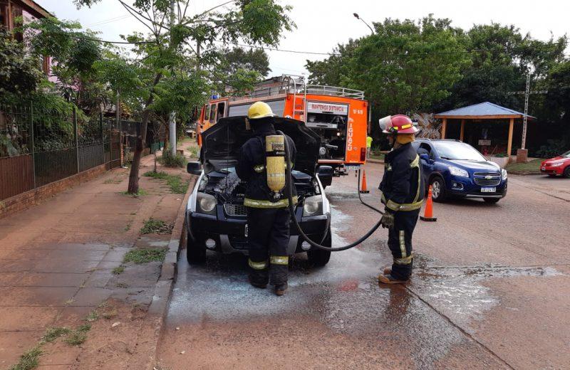 Conductores apagaron un principio de incendio en un automóvil