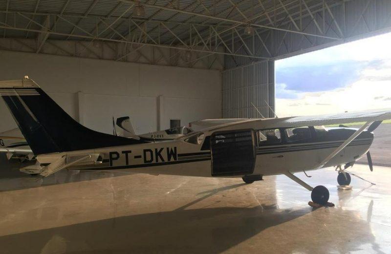 Delincuentes armados robaron una avioneta y mantuvieron a la familia de rehén